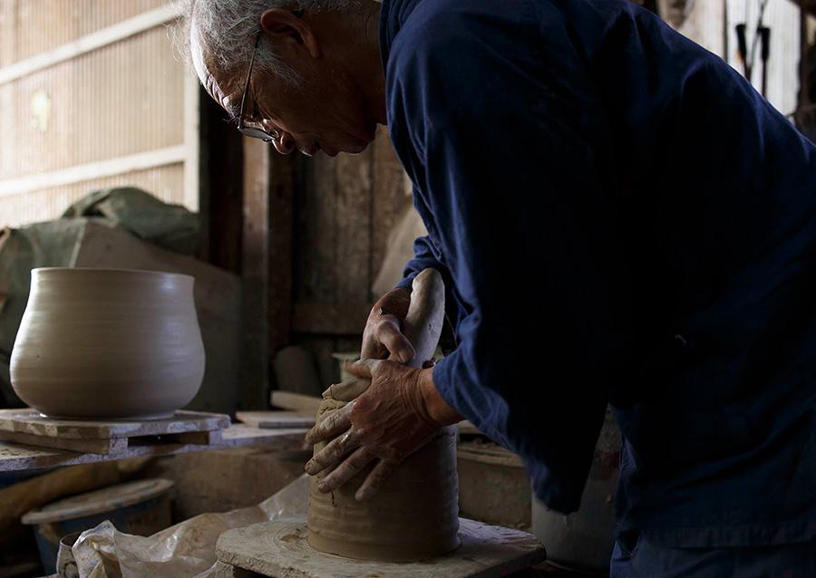 3代目、嶋田孝之氏。「しの作り」という粘土をひも状に伸ばし、円を描きながら積み上げていく石見焼特有の伝統技法でつくられる。