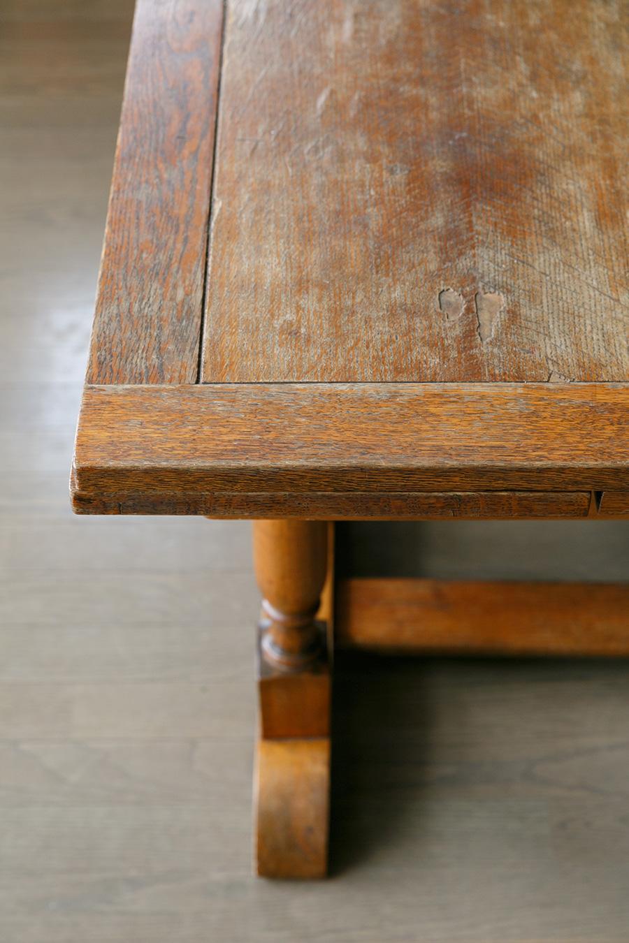 テーブルの材は、ヨーロッパで貴族に愛されてきたマホガニー。いつの時代のものなのか、どんな人が使ってきたのか、想像が膨らむ。