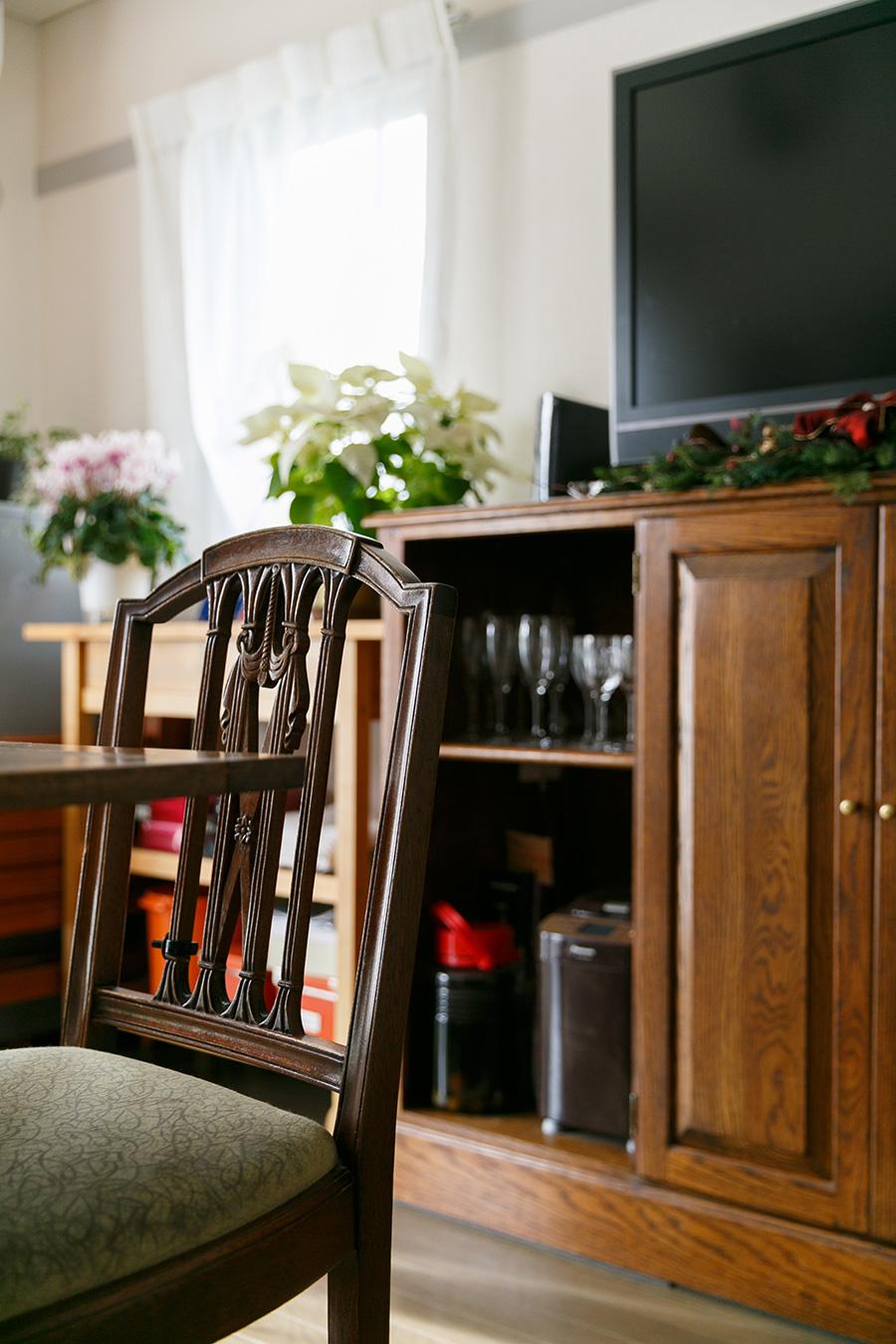 キャビネットはアメリカのアンティーク。器や食材をたっぷり収納できる。