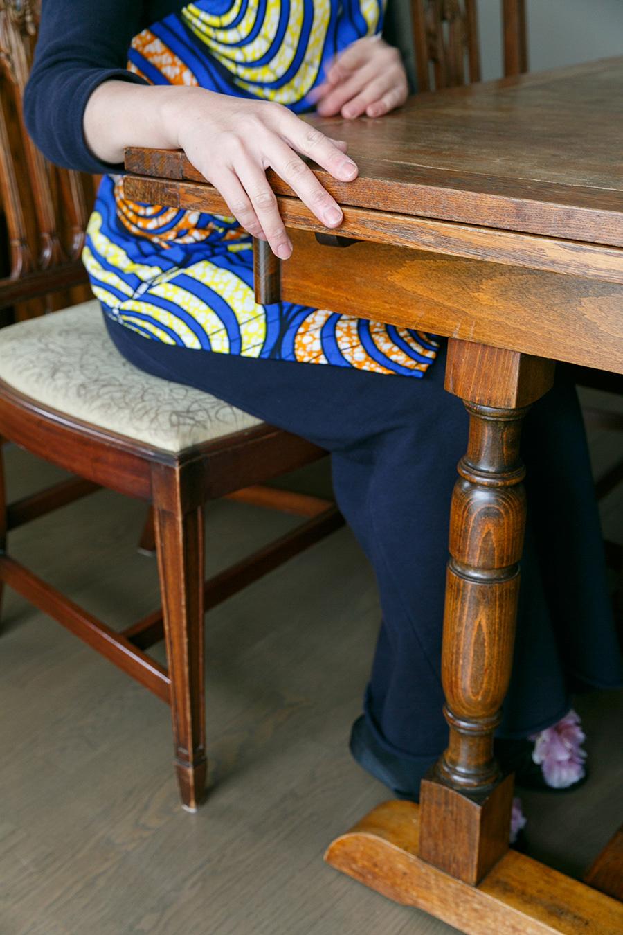 25年ほど愛用したテーブルと椅子は、山口さんのからだにしっくり馴染む。