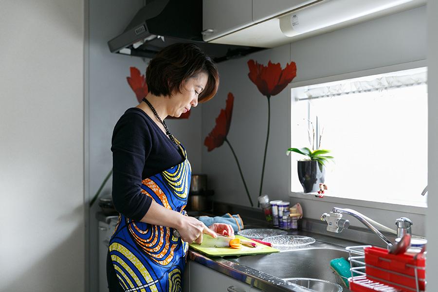 キッチンの雰囲気を明るくしている赤いポピーの絵は、IKEAのウォールステッカー。