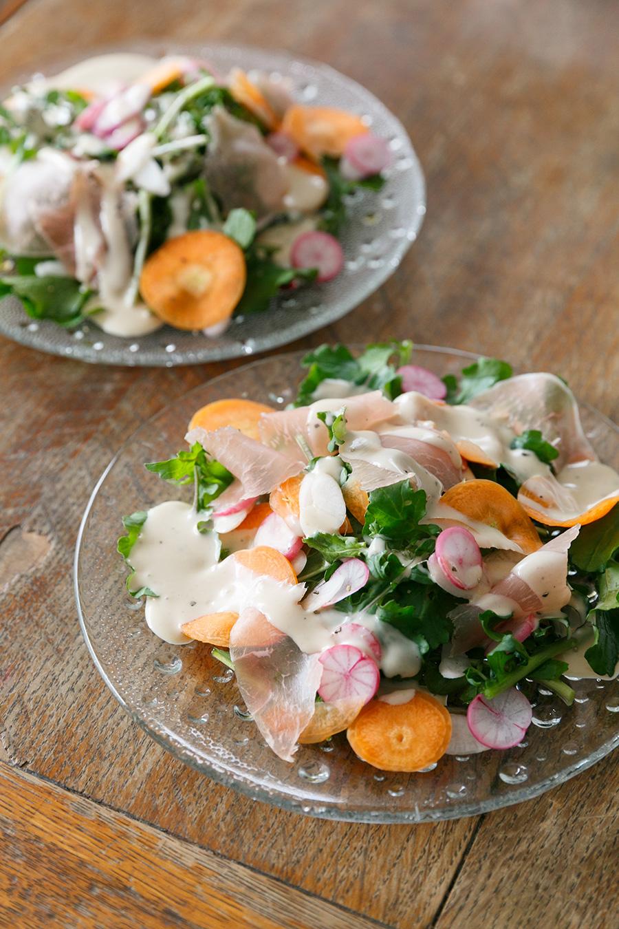 大根、にんじん、クレソンに、生ハムを合わせたサラダ。野菜の味が濃厚で、食べるとパワーが沸いてくる。