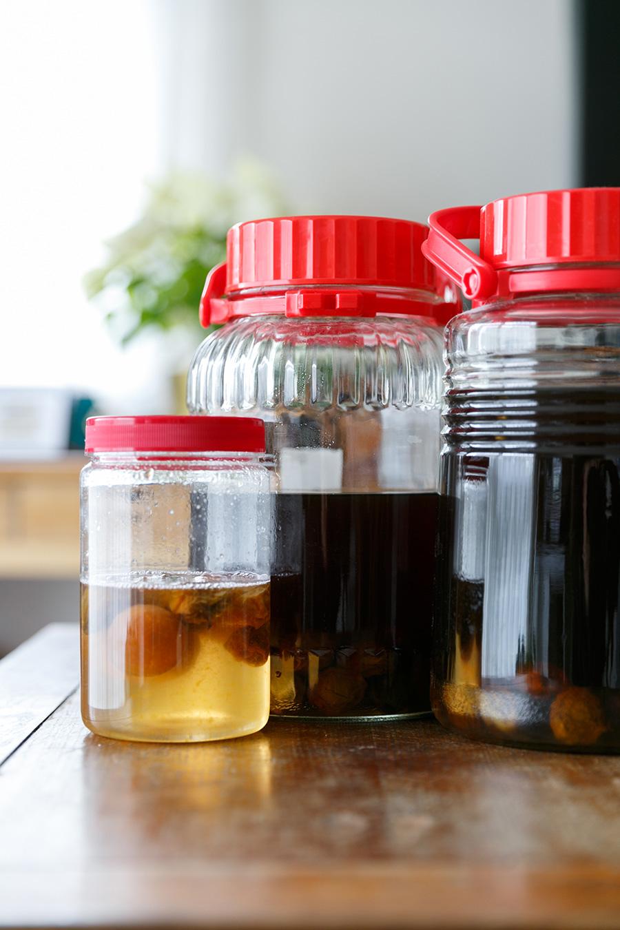 毎年浸けている梅酒は、ブランデーと黒砂糖を使うのがこだわりだそう。手前の小さいビンは、息子さんが修学旅行先でつくってきた梅ジュース。