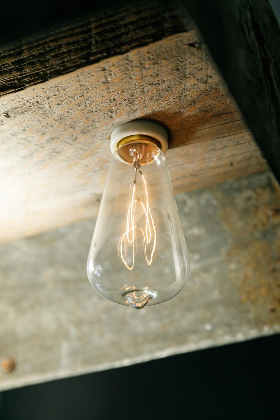 あえてフィラメントを見せるタイプのエジソンランプが人気。ガラスやフィラメントのカタチ、光り方も様々なのでお気に入りを探したい。
