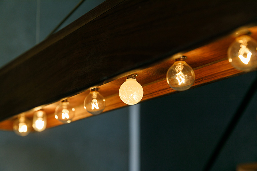 古い電球ならば、ガラスの上の塗料を剥がしながら模様をつけて愉しむこともできる。