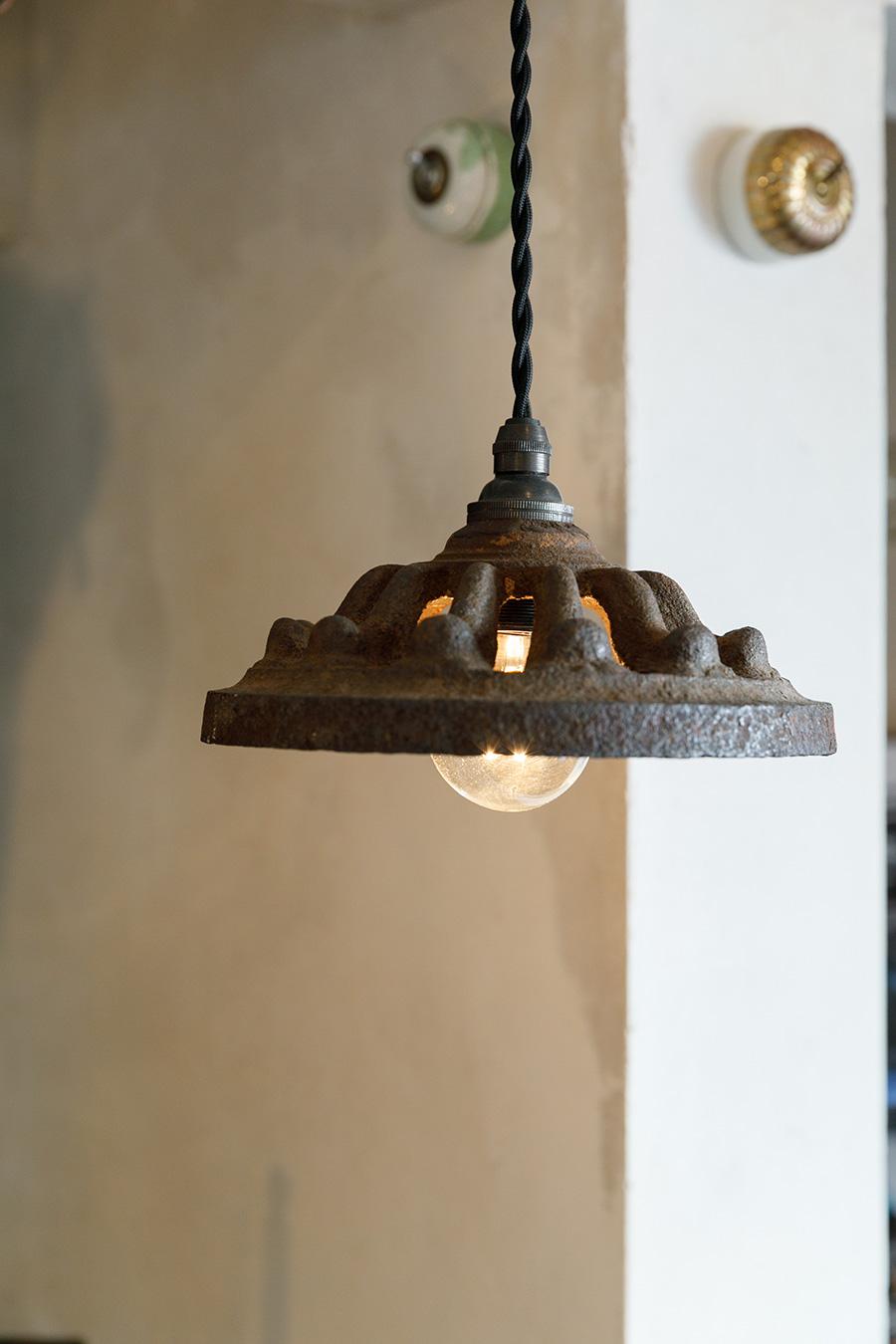 もともとはヨーロッパで使われていた古い燭台。それに穴あけ加工をして電球のソケットを入れられるようにした。