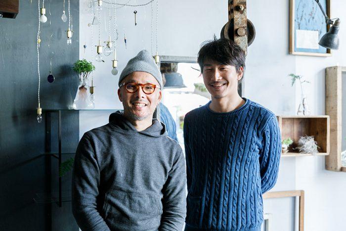 左が『無相創』店主の米原政一さん、右がスタッフの古野晃紘さん。「空間に合わせた照明器具のオーダーも承っています」
