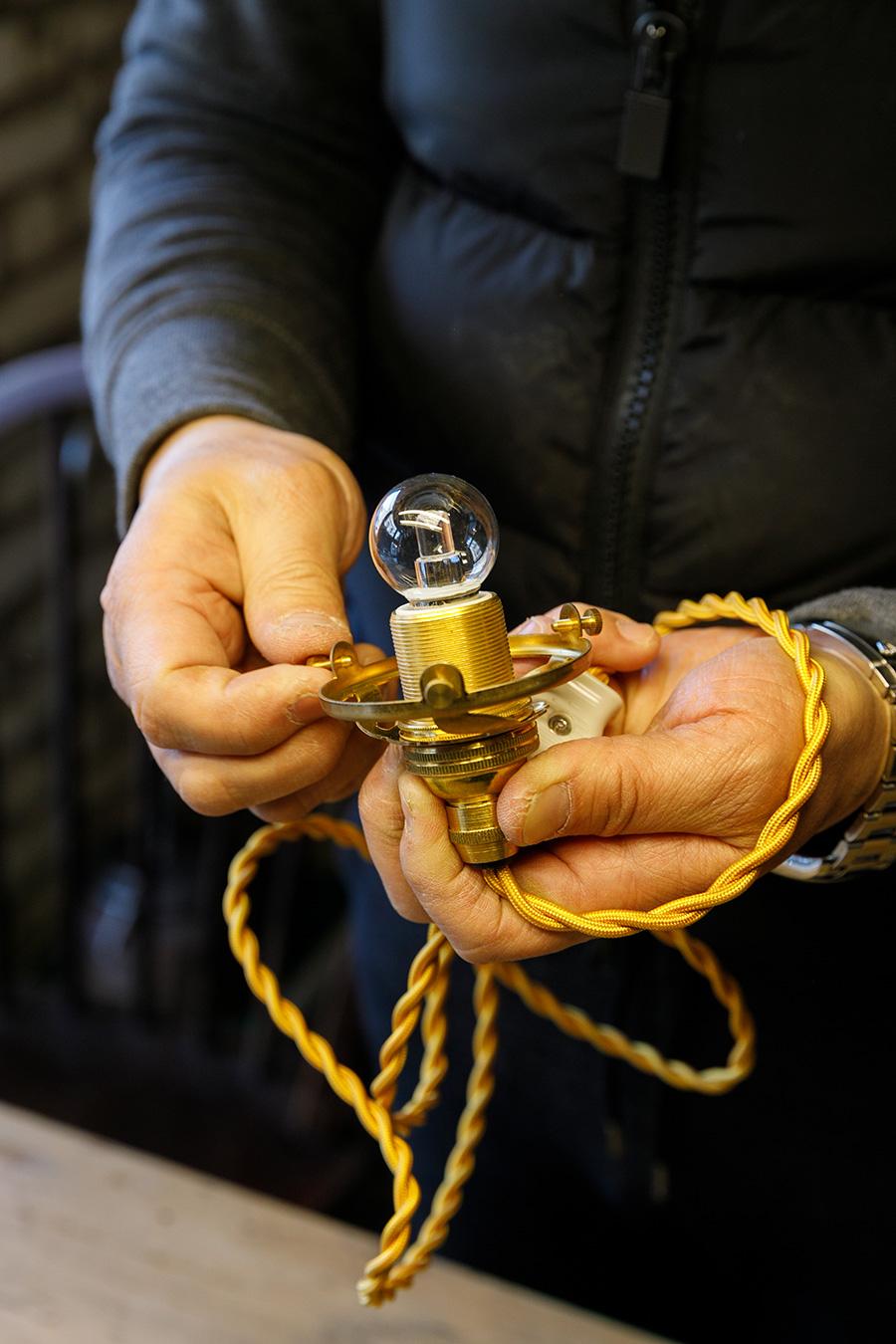 ③最後に、ホルダーのついたソケットをフラスコにセットする。ネジを締めてソケットとフラスコを固定する。