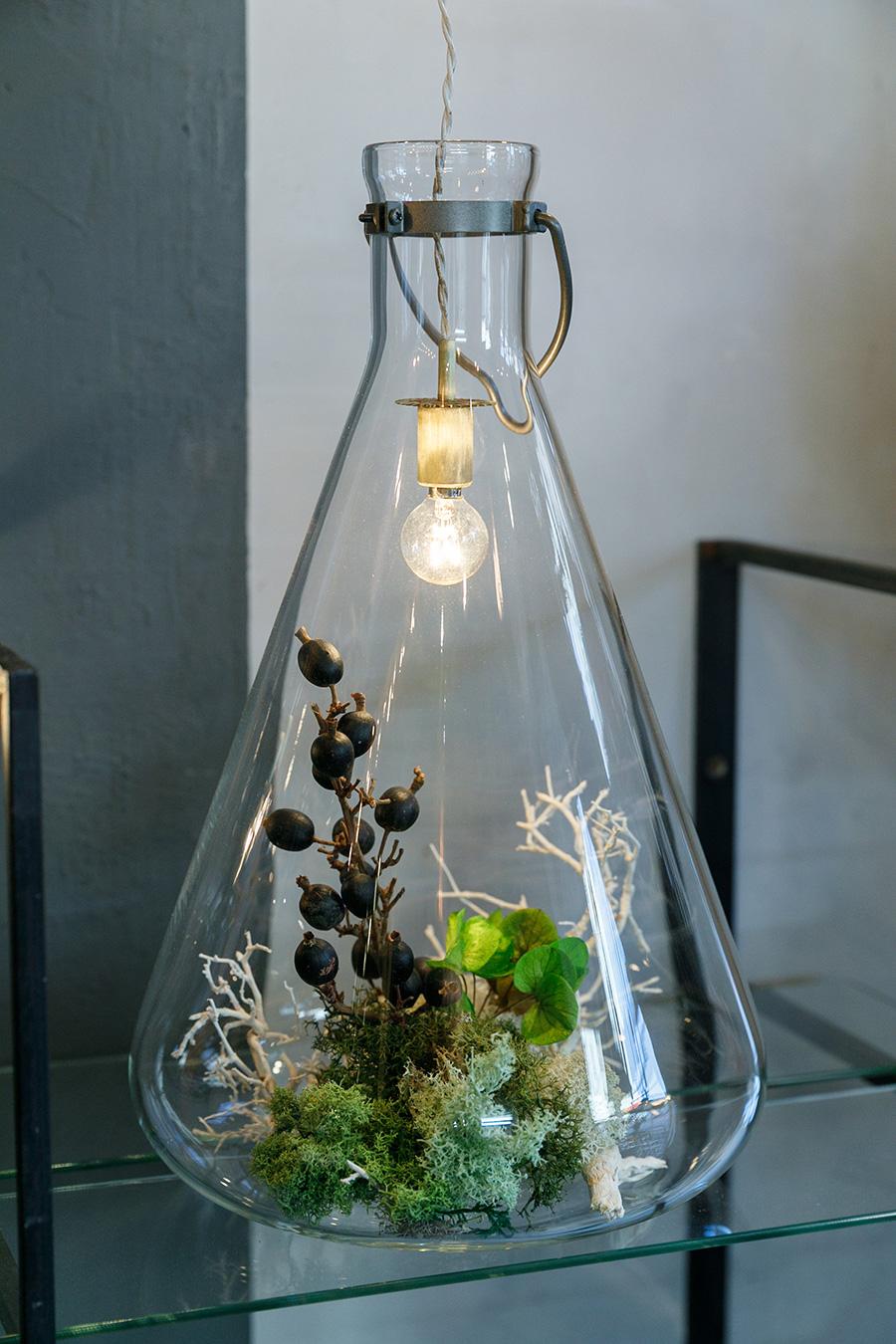 フラスコを置いて、中に電球を垂らして飾る方法も。フラスコ上部の吊り下げ金具は『無相創』オリジナル。