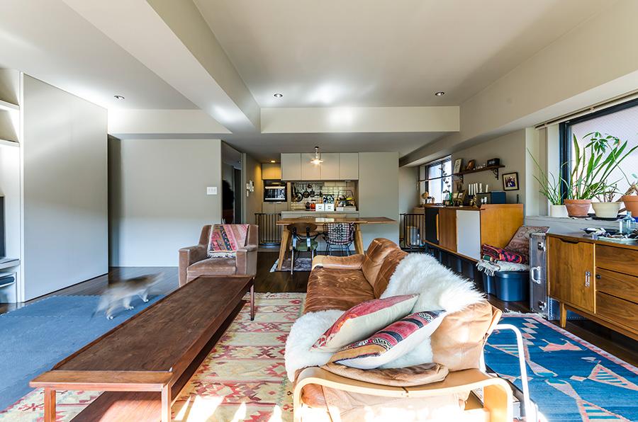 シンプルでシックな空間にヴィンテージ家具が、味わいを添える。和室のあった間取りをスケルトンにして広々としたリビングに。