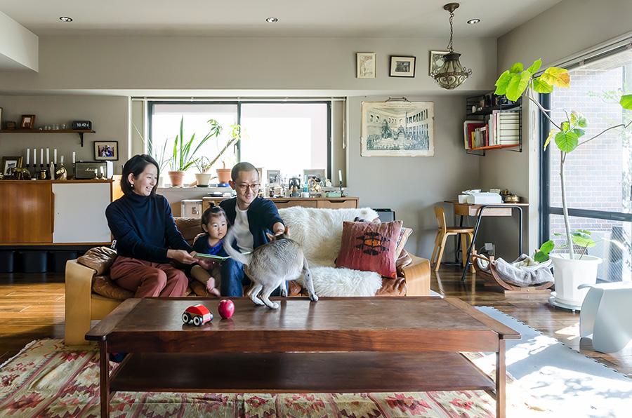 光が差し込むリビングに集う浅田さん一家とシンガプーラのポル。広々としているので、子供の友達が集まっても大はしゃぎ。