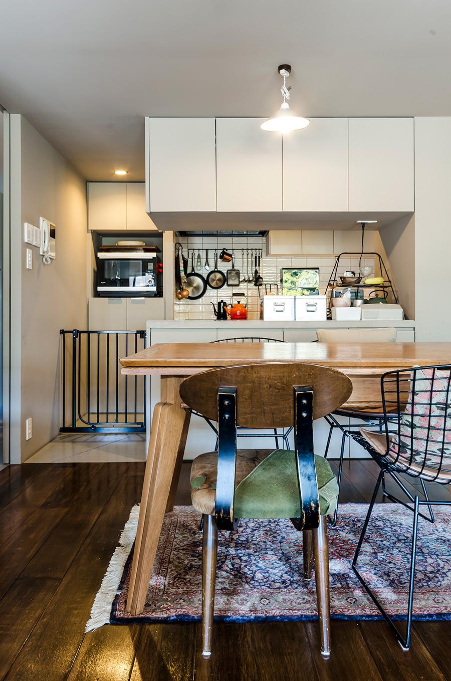 グレーベージュの塗装に、椅子やキッチンに取り入れたアイアンの黒が映える。