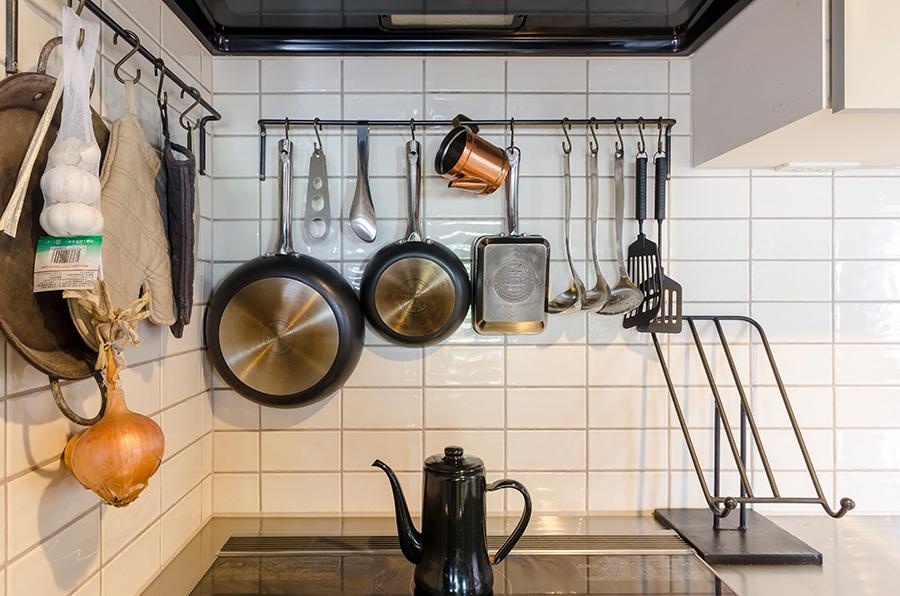 キッチンはプラスチックの板をはがしてタイルを貼った。アイアンはギャラップの職人さんにオーダー。