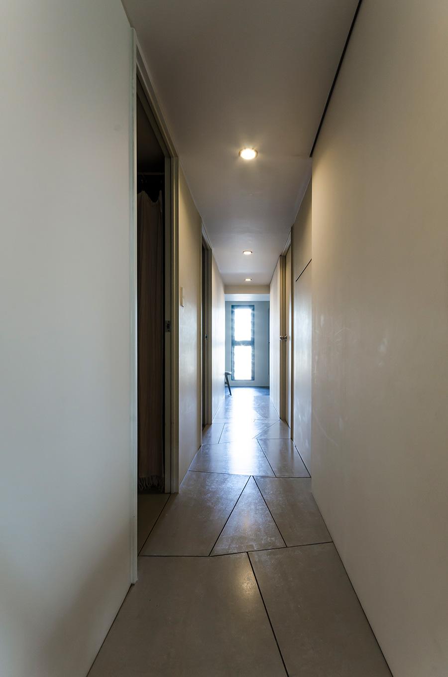 床材のはめ方にもこだわった廊下。壁材として使用されるフレキシブル材を選択した。