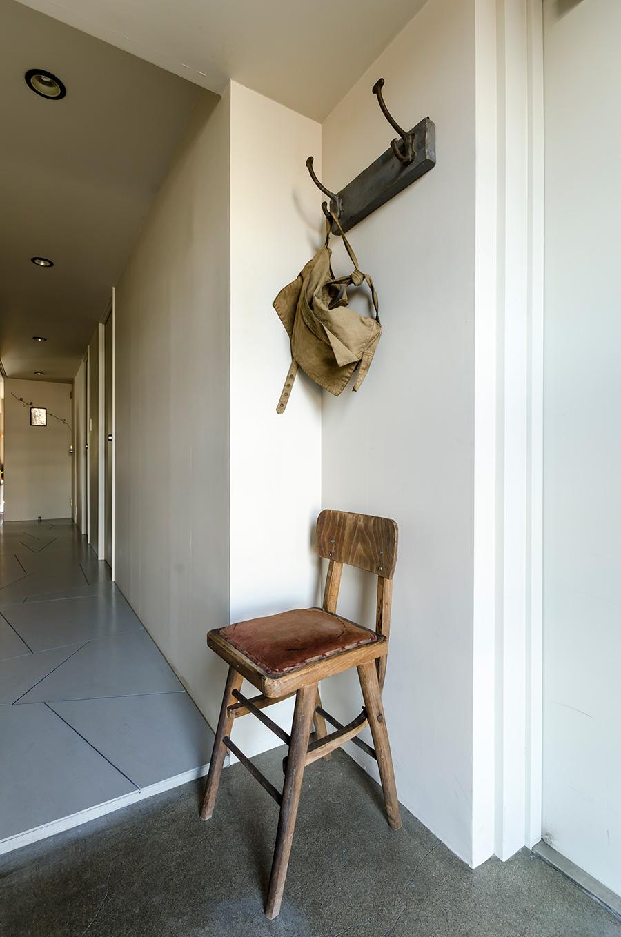 人工大理石をはがし、むき出しにしたコンクリートに表面塗料を塗って仕上げた玄関。