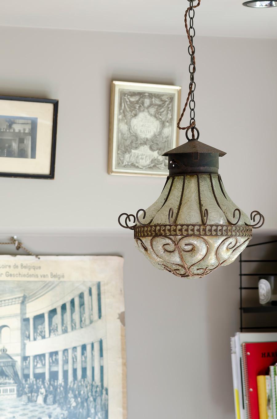 モロッコのガラスの照明。これを吊るすために天井の強度を増してもらった。