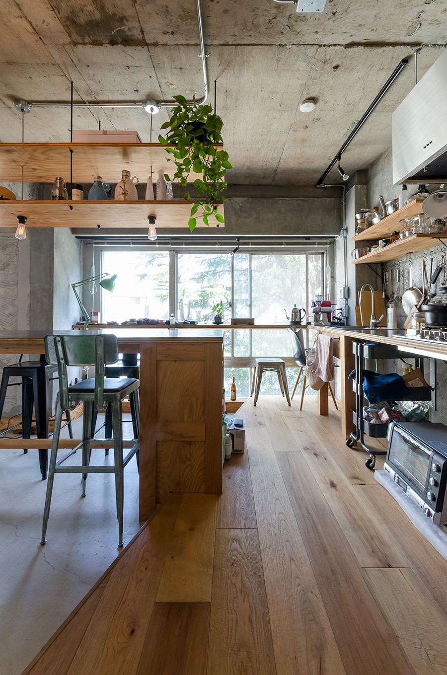 台所の床はヒッコリーの無垢材で温かみを。