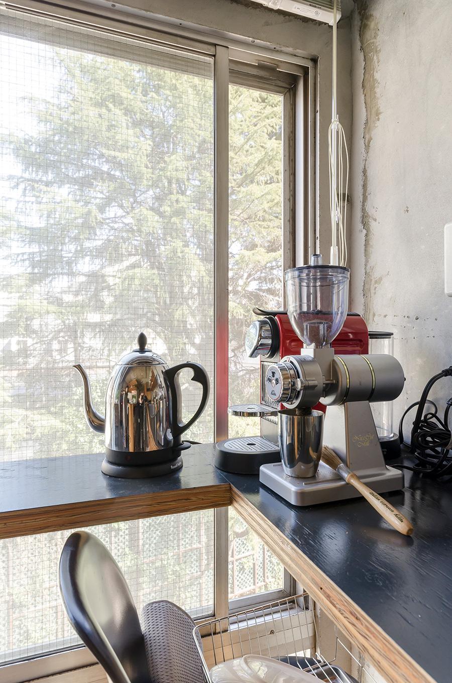 朝はコーヒー豆を挽くところからスタート。