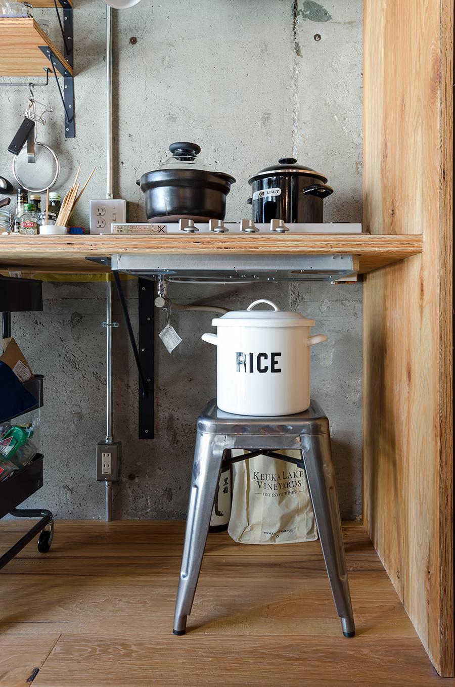 ホーローの米びつと、「HARIO」の炊飯鍋。