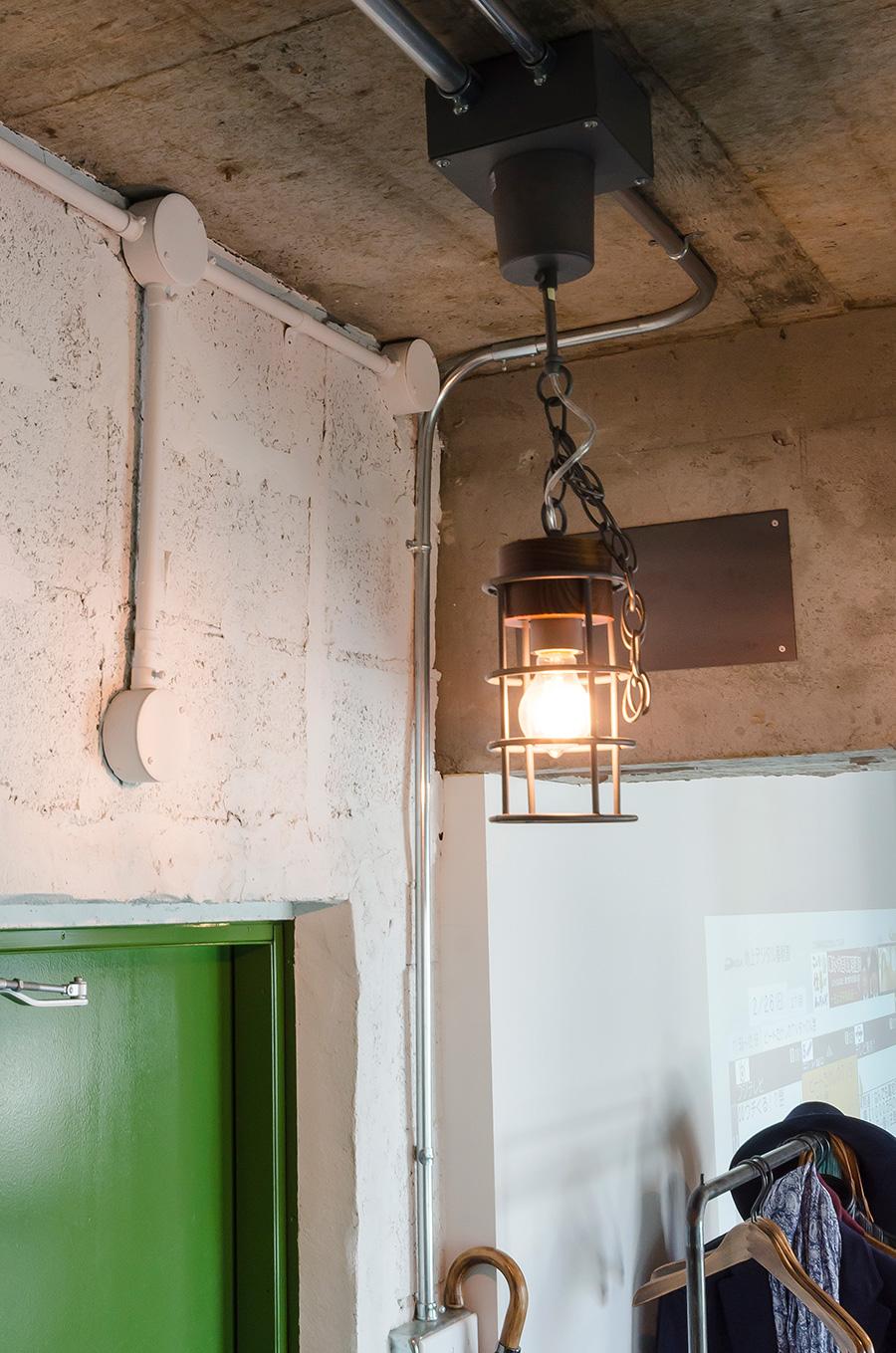 「ACME Furniture」で購入した玄関照明。