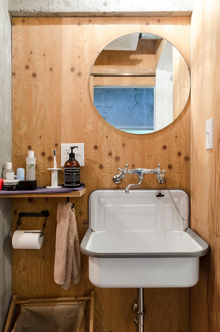 木材の風合いを活かした温かみのあるシンプルな洗面所。