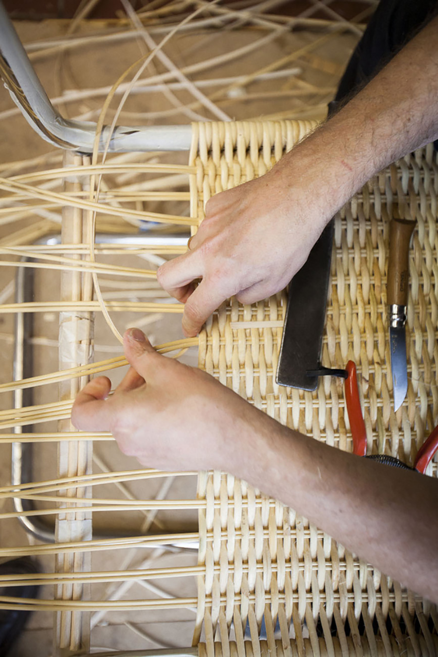 伝統を守り、籐編みの技術が継承される。