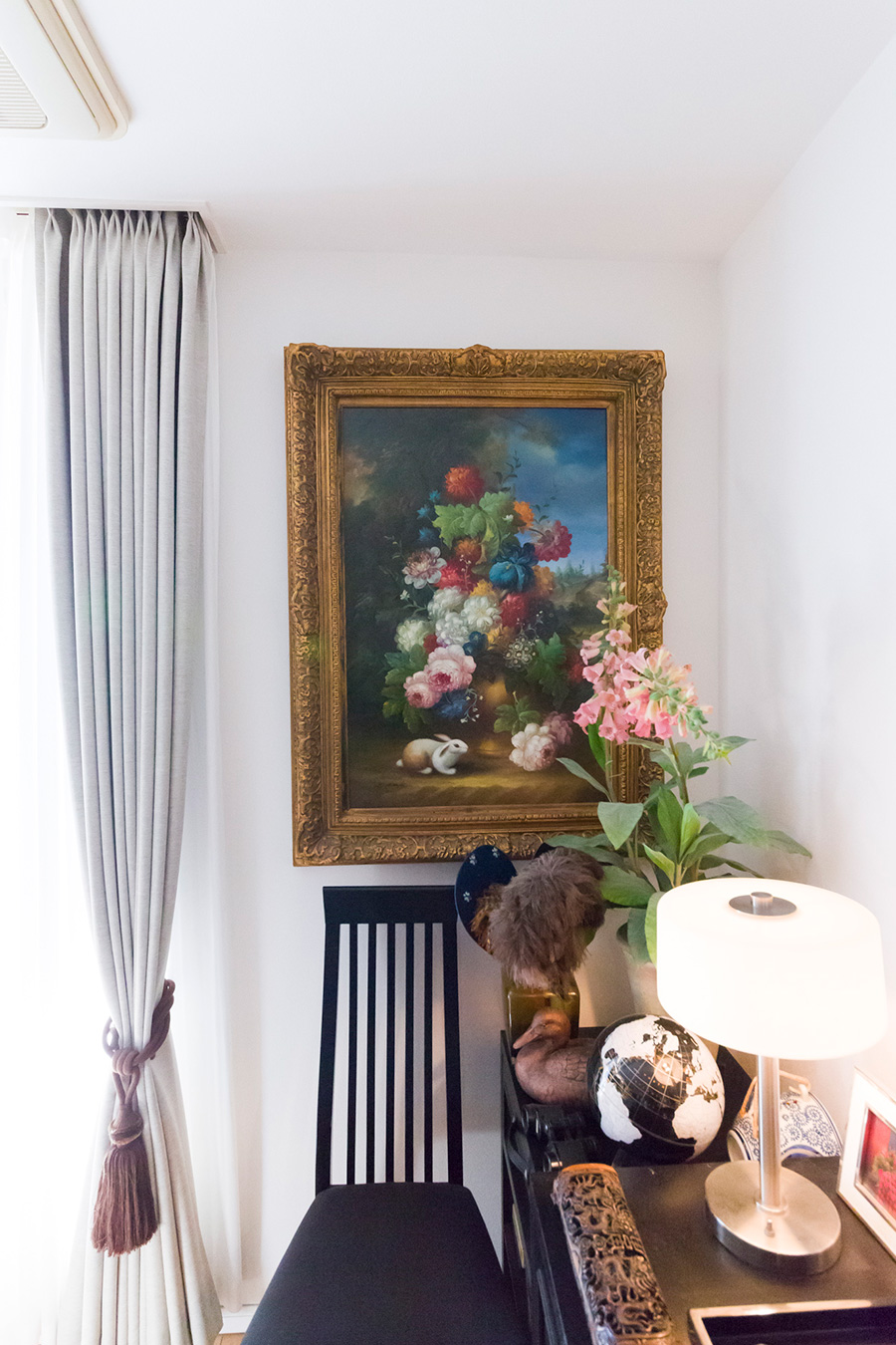 サイドボードの左側。花の絵の前に、フェイクフラワーを置いてより華やかに。