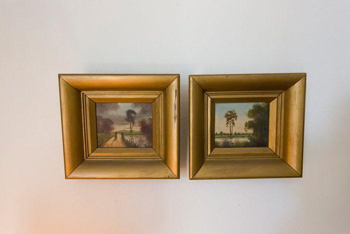 小さな絵画。2つ並べて飾れば存在感が出るし、シンメトリーなコーナーを作る際にも使える。