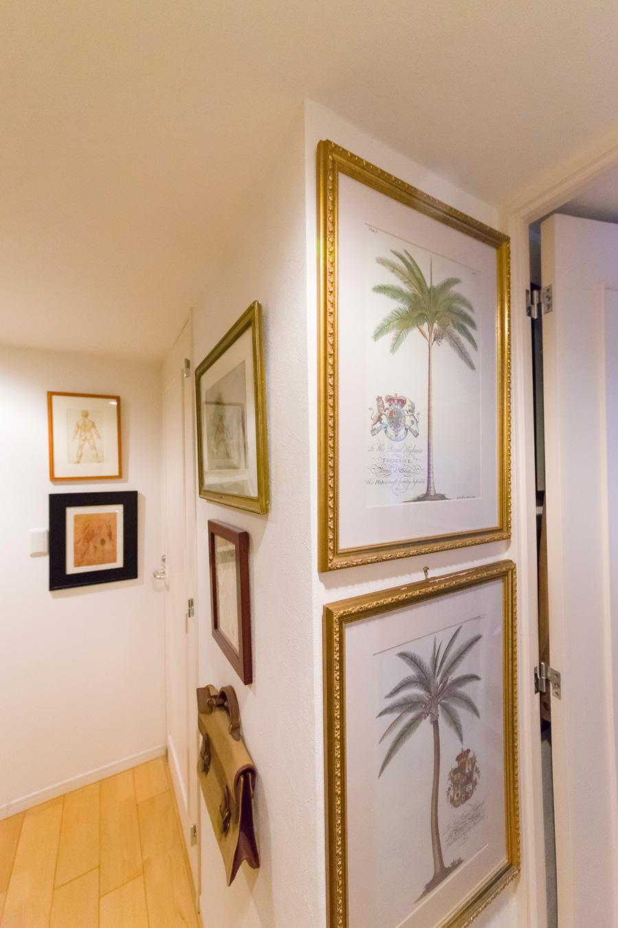 廊下にもたくさんの絵画が。対の絵は上下に並べることも。澤田さんがデザインしたバッグも飾られている。