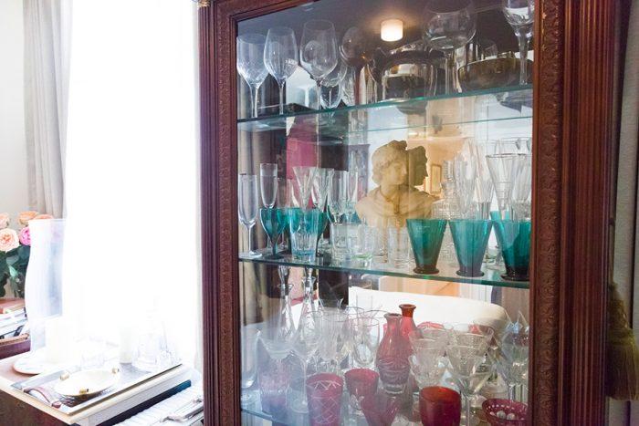 グラスを並べたキャビネット。ひとつ置かれた胸像がキャビネットの中の世界観をグレードアップさせている。