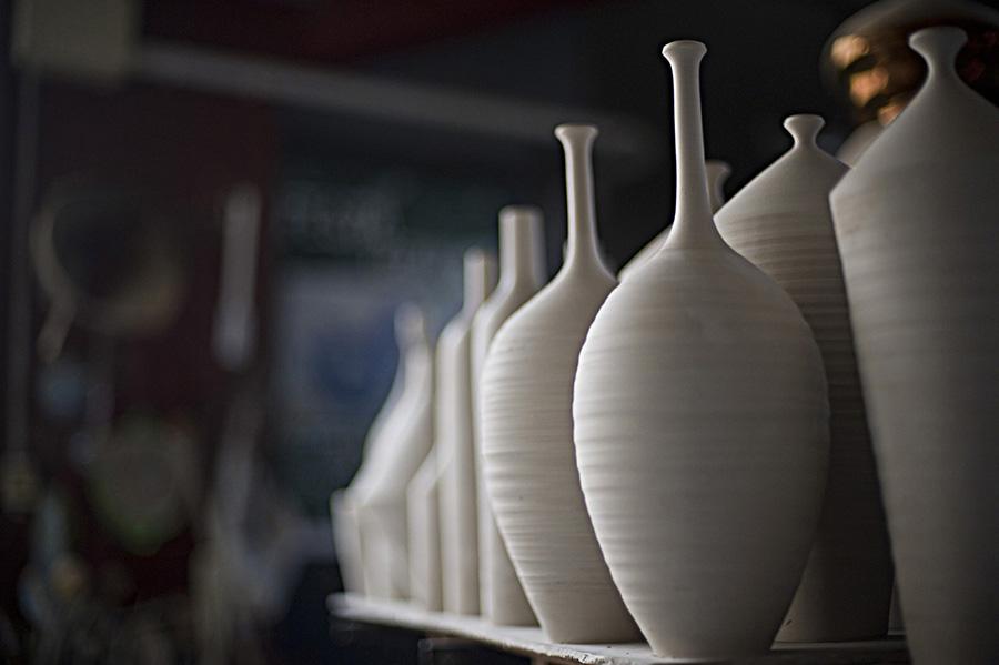 粘度そのものの自然な魅力を最大限に引き出し、細かなディテールに重点を置いて制作。