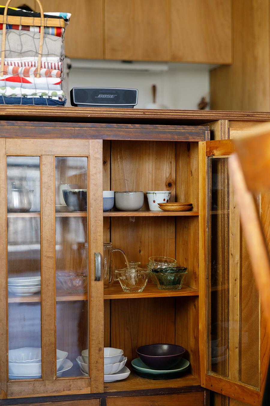 造作カウンターは、益子で買った食器棚のサイズを測って収まるようにしてある。