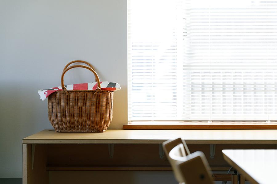ダイニングの窓際には出窓の高さに合わせたデスクをDIYで設置。
