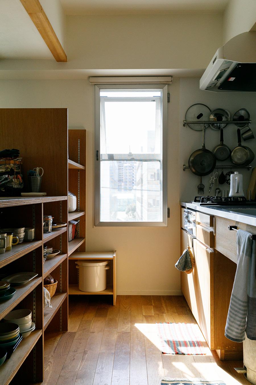 窓があり、清々しい雰囲気のキッチン。