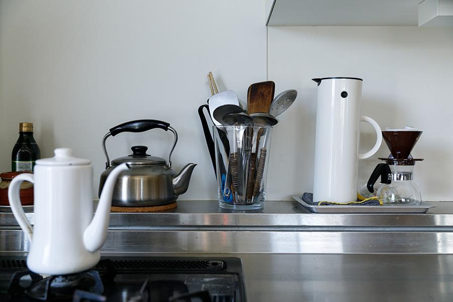愛用のキッチンツールが並ぶステンレスのオーダーキッチン。