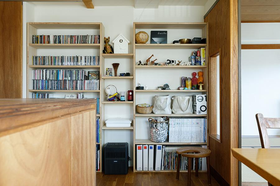 キッチンの横の壁面には、慎也さんが友人たちと一緒にDIYでつくった飾り棚を設置。右手が和室の壁面となっている。