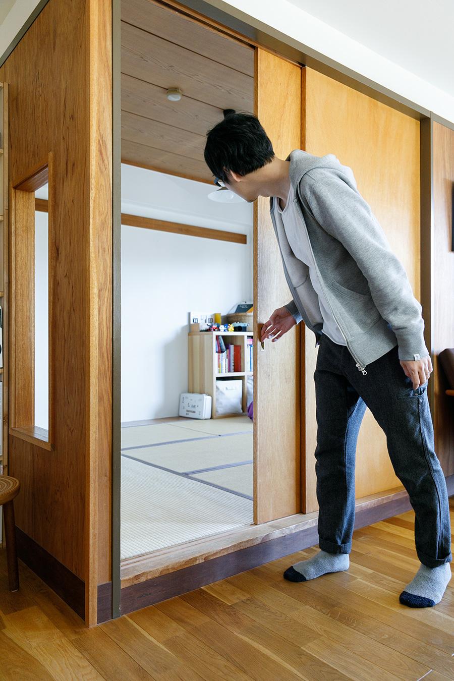 和室とリビングを仕切るのはラワンベニヤの引戸。ふだんは開け放って、広々と使っている。和室は現在寝室として使っている。