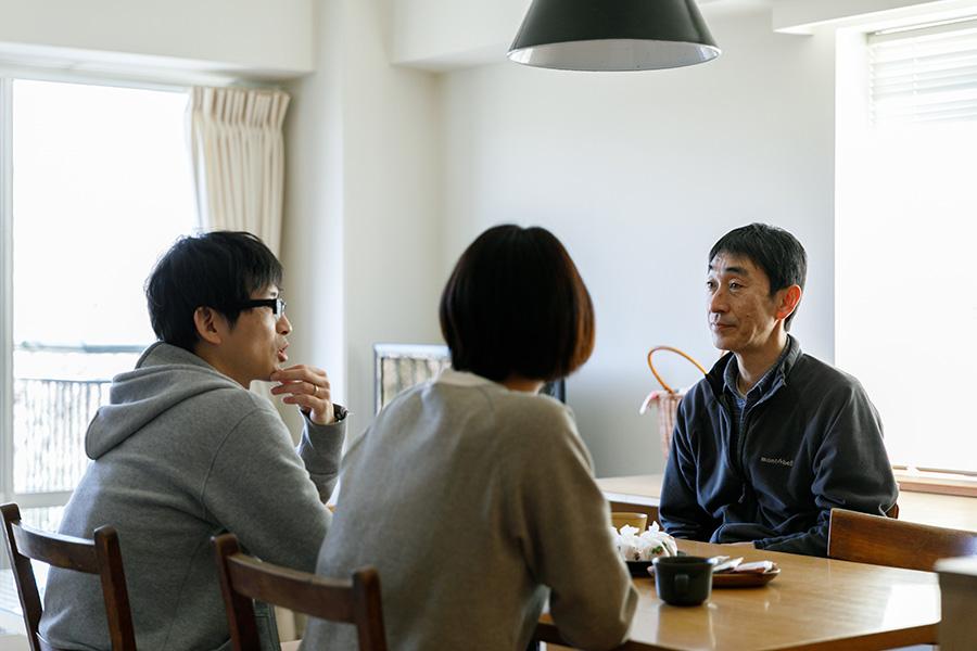 石川さん夫妻と話す建築家の寺林省二さん(右)。テラバヤシ・セッケイ・ジムショを主宰している。