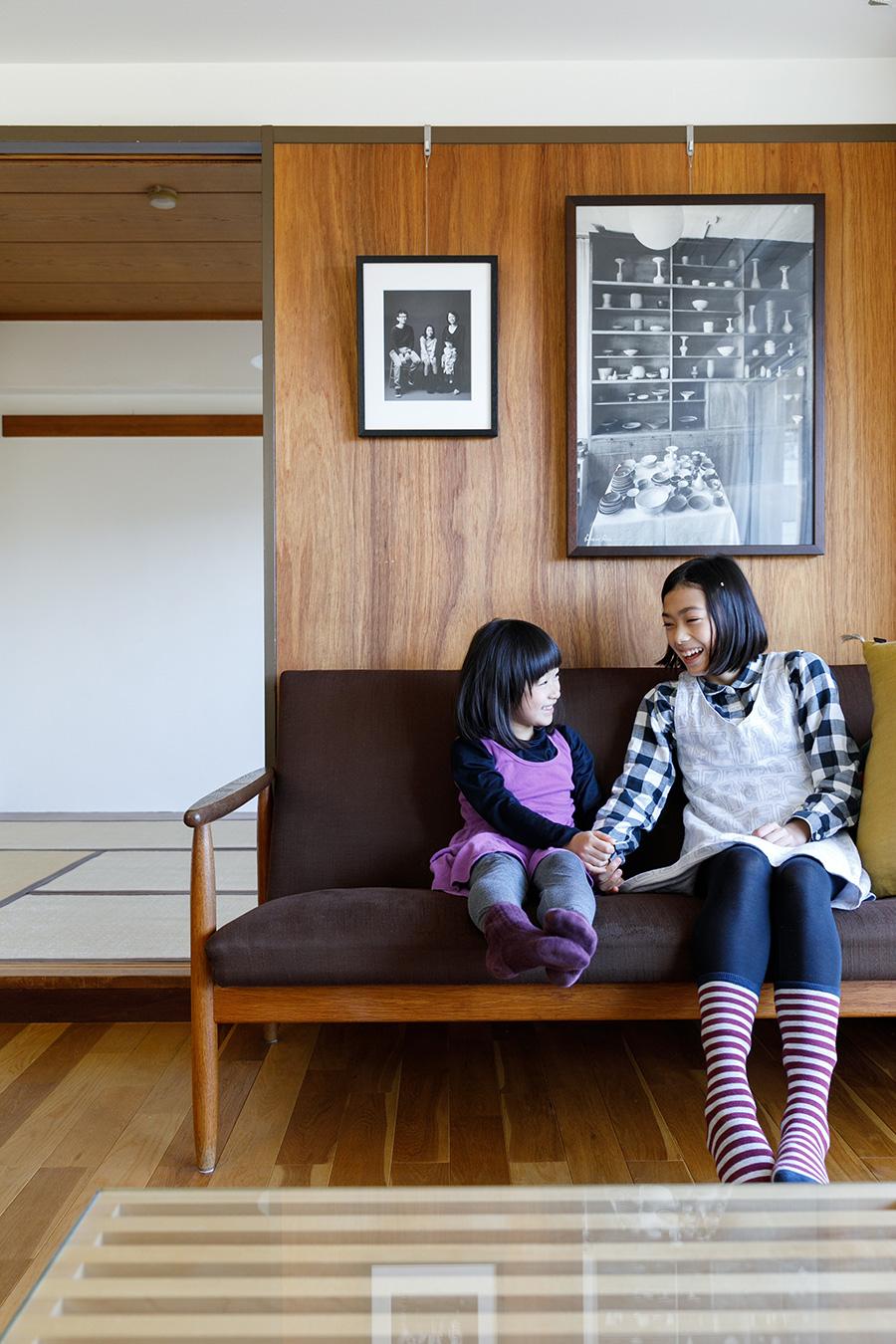 ソファは以前から持っていたもので、デンマークの家具デザイナー・アイヴァント・A・ヨハンセンのデザイン。ジョージ・ネルソンのネルソンベンチをコーヒーテーブルとして使っている。