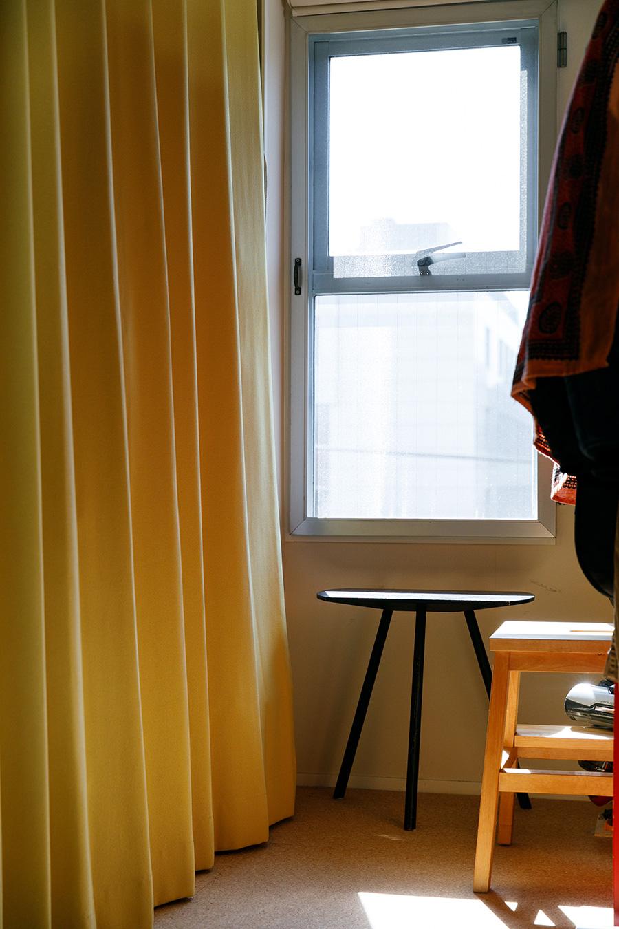 子ども室の窓辺。左手のカーテンの奥は収納になっている。