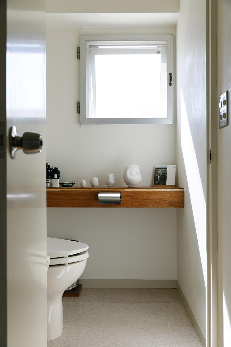 トイレにも窓がある。こちらの棚も慎也さんがDIYした。
