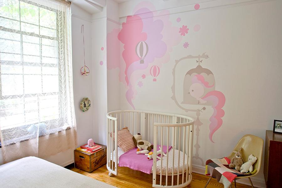 すまさんの作品。ベビーベッドに合わせてウォールペイント。「子ども部屋の準備を整えながらお子さんの誕生を待ちます」