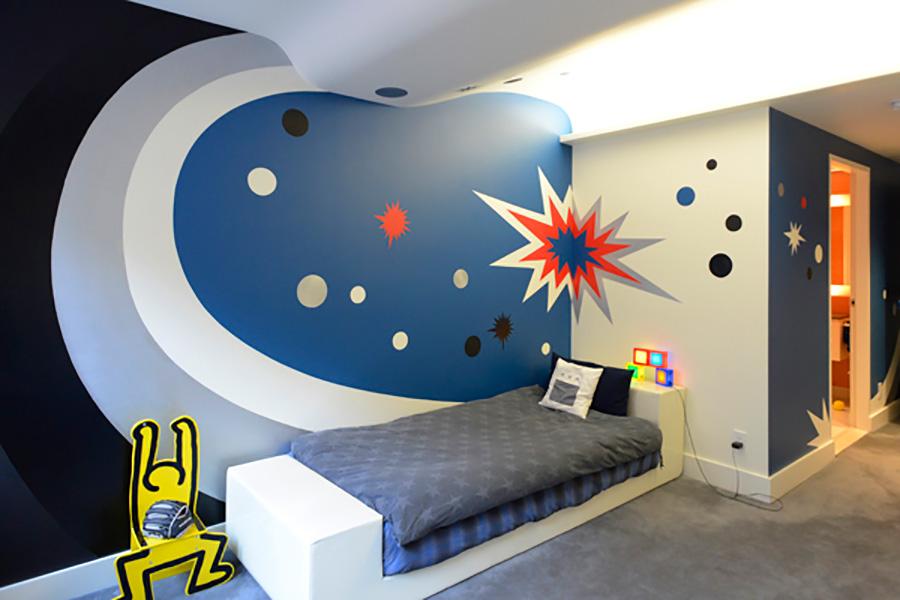 サーフィンが好きな6歳のお兄ちゃんの部屋。ダークトーンな波が曲線の天井を駆け上る。