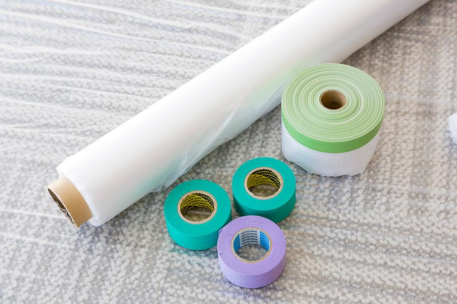 ⑤マスキングテープ。⑥テープに予めビニールがついているマスカー。⑦ロール状のビニールシートで広く床面を保護。