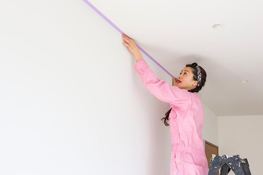 天井を白く残す場合は、壁と天井の境目にも忘れずにマスキングテープを貼っておくこと。