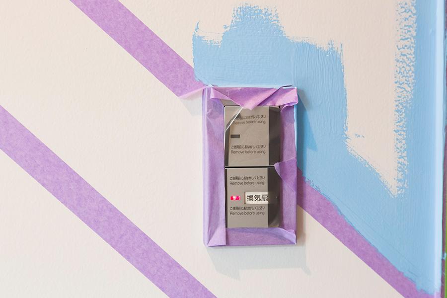 まずは細かい部分から筆を使って塗っていく。天井と壁の間も筆で先に塗っておく。