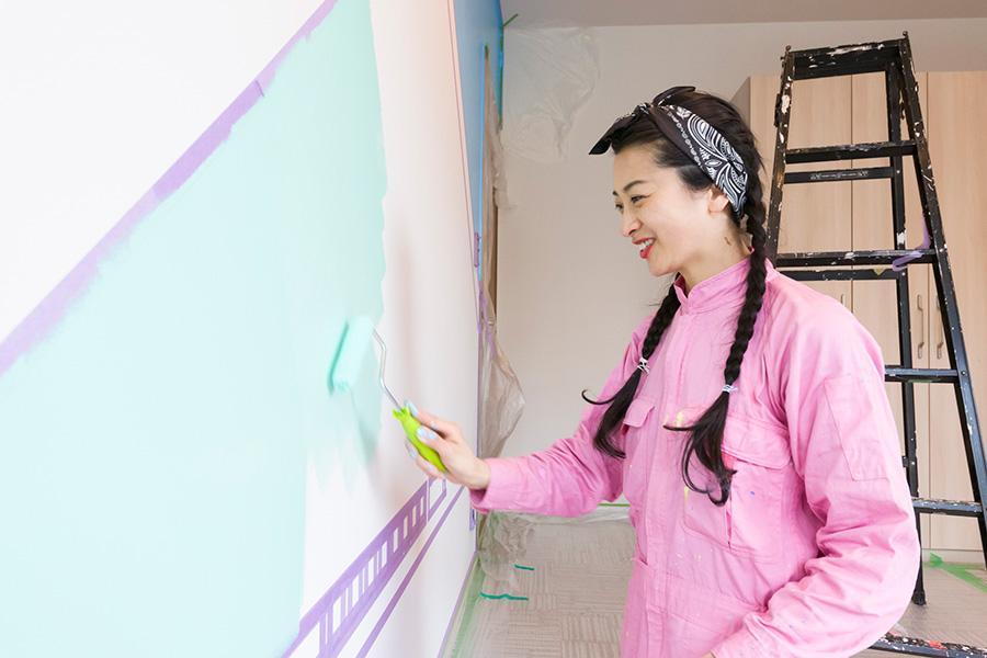 広い面積はローラーを使って塗る。2度塗りが美しく仕上げるコツ。30分ほど待ち、最初に塗った面が乾いてから、2度目を塗る。