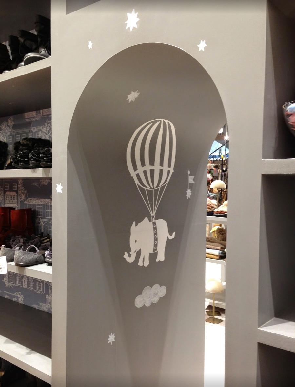象と気球の部分はカッティングシートを使っている。グレーの壁に雲と星をペイント。