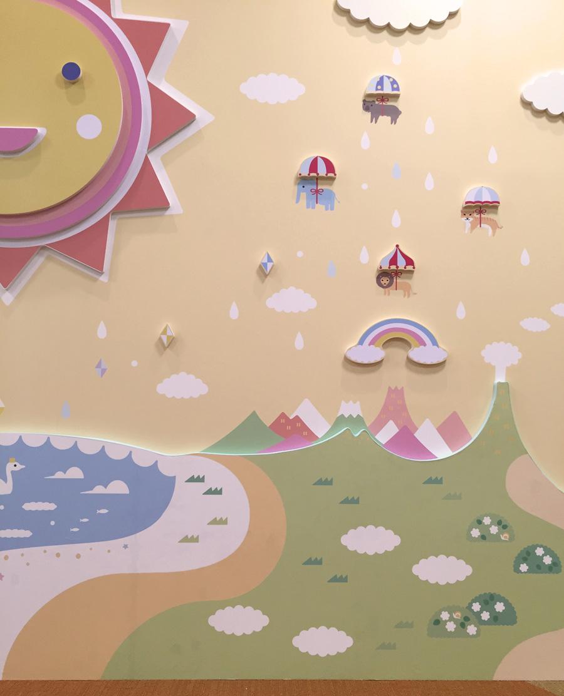 厚みのある板にカッティングシートを貼り、立体感を出した作品。空飛ぶ動物たちがとってもカワイイ。