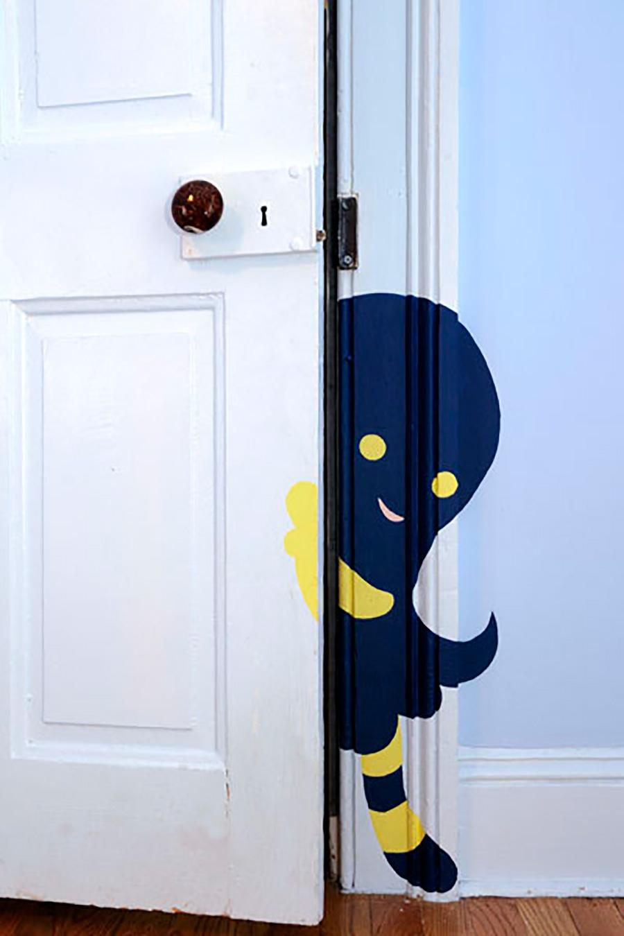 子ども部屋の入口にウォールペイント。ドアの向こうに広がる楽しい世界にワクワクする。